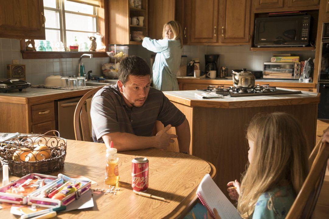 Felicia (Kate Hudson, M.) und Sydney (Stella Allen, r.) wissen, dass Mike (Mark Wahlberg, l.) als Chefelektriker der Deepwater Horizon Ölplattform k... - Bildquelle: Enrique Chediak Studiocanal / Enrique Chediak