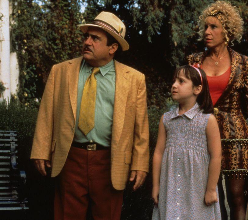 Ahnen nicht, welch ein Genie ihre Tochter (Mara Wilson, M.) ist: Harry (Danny DeVito, l.) und Zinnia Wurmwald (Rhea Perlman, r.) ... - Bildquelle: Columbia TriStar