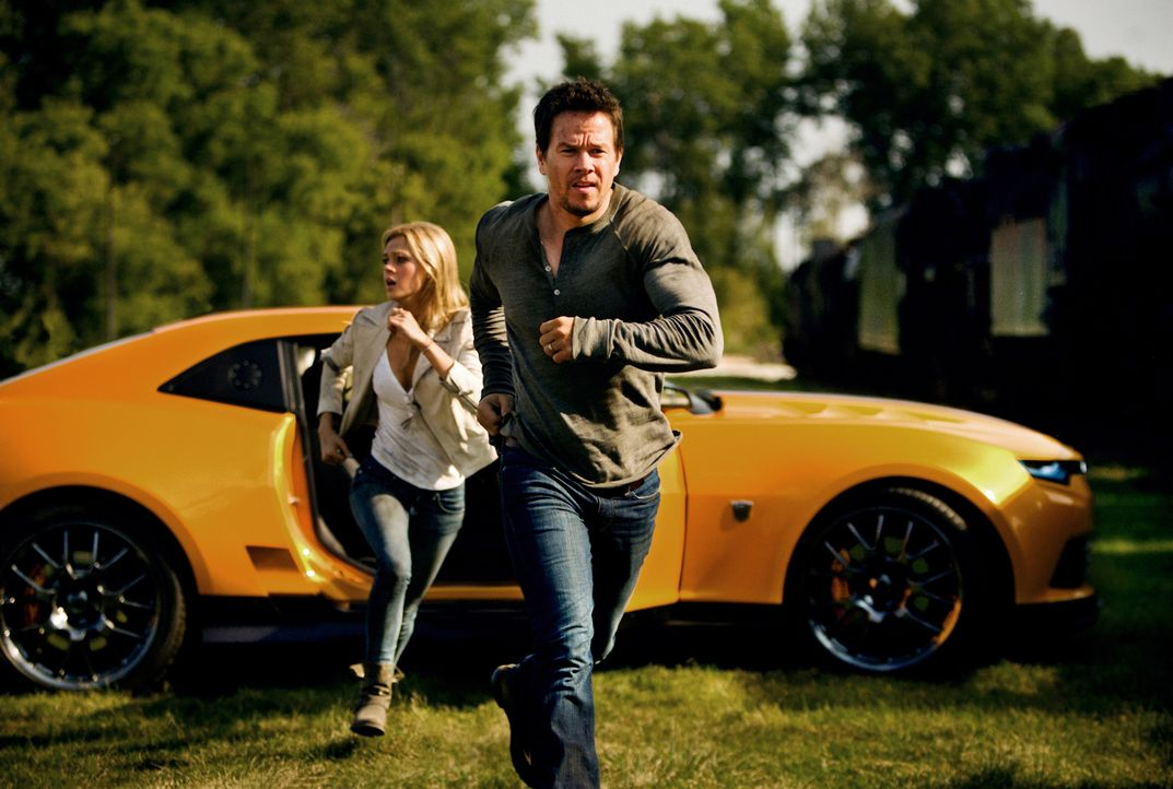 Das Leben von Cade Yaeger (Mark Wahlberg, r.) und seiner Tochter Tessa (Nicola Peltz, l.) nimmt eine ungeahnte Wendung, als sie sich entschließen, i... - Bildquelle: (2016) Paramount Pictures. All Rights Reserved. TRANSFORMERS, its logo & all related characters are trademarks of Hasbro & are used with permission.