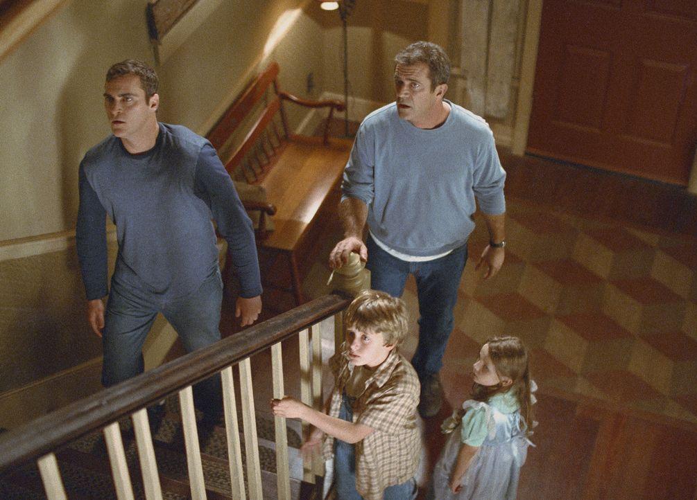 Verschanzen sich vor der Invasion aus dem Weltraum in ihrem komfortablem Haus: (v.l.n.r.) Merrill (Joaquin Phoenix), Morgan (Rory Culkin), Graham (M... - Bildquelle: Touchstone Pictures
