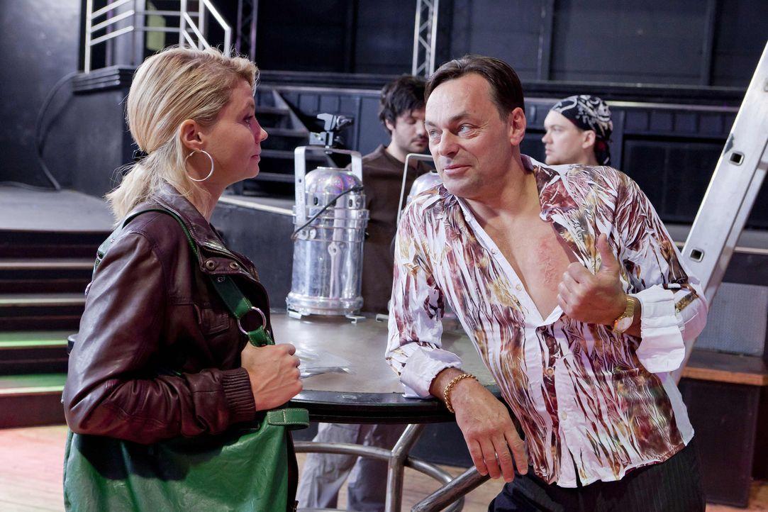 Danni (Annette Frier, l.) nimmt sich den Diskobesitzer Sollmann (Peter Benedict, r.) vor, den sie noch aus früheren Zeiten kennt, um Beas Cousine M... - Bildquelle: SAT.1