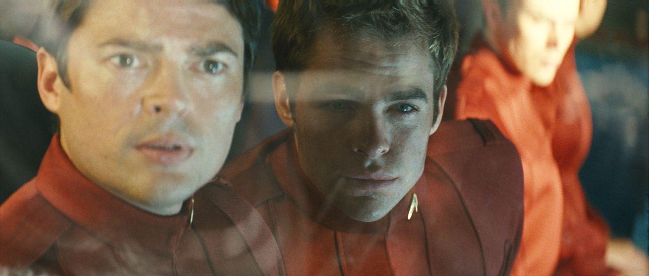 """Als """"Pille"""" (Karl Urban, l.) Kirk (Chris Pine, r.) an Bord des neuen Raumschiffes"""" Enterprise"""" schmuggelt, ahnt er nicht, dass im All ein rachsüchti... - Bildquelle: Paramount Pictures"""