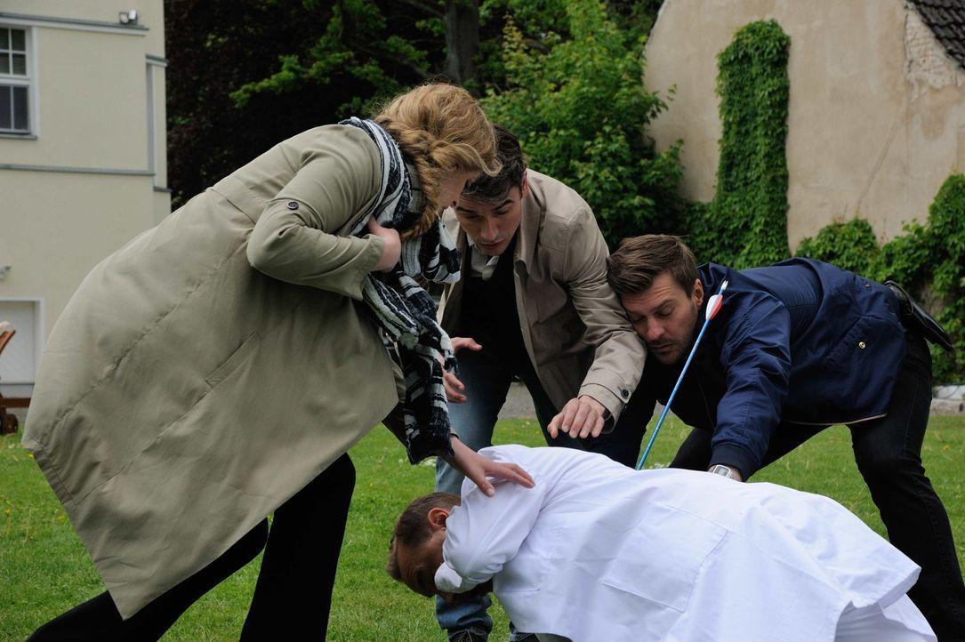 Vor ihren Augen wird Tobias Rollberg (Thomas Arnold, liegend) von einem Pfeil getroffen. Josephine (Diana Amft, l.), Fritz (Matthi Faust, r.) und Al... - Bildquelle: Hardy Spitz SAT.1