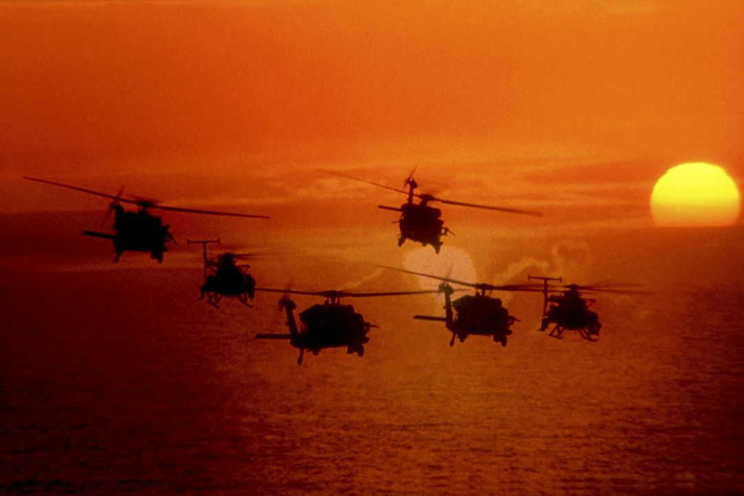Oktober 1993: Amerikanische Black-Hawk-Helikopter und Little-Bird-Hubschrauber begeben sich auf den Weg vom U.S.-Militärstützpunkt in die Innensta... - Bildquelle: Columbia Pictures