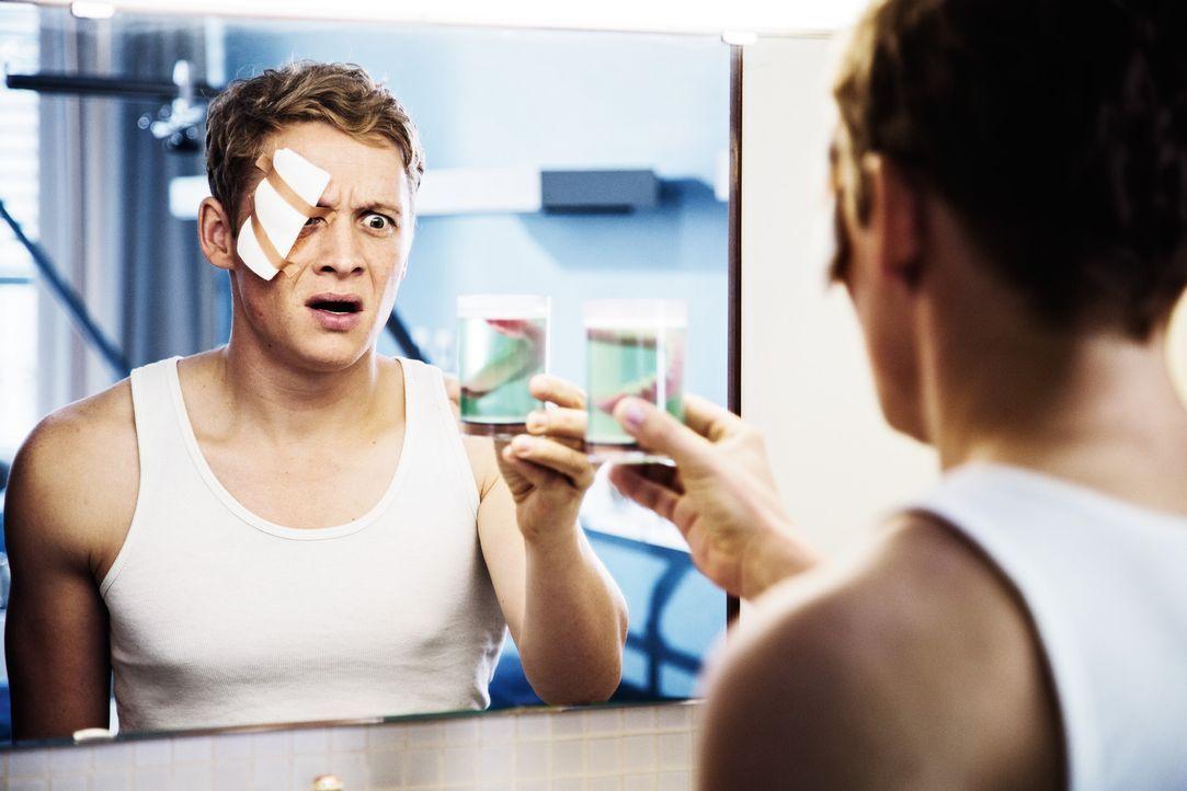 Der 30-jährige Sascha (Matthias Schweighöfer) ist schockiert, als er nach einem Unfall im Krankenhaus erwacht und feststellen muss, dass er sich das... - Bildquelle: 2016 Warner Brothers.