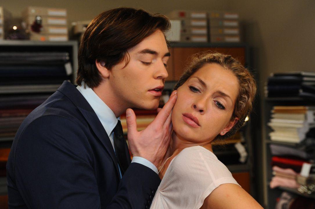 Nina (Maria Wedig, r.) wird sich nach ihrer übergriffigen Begegnung mit Kai (Frederic Böhle, l.) noch einmal ihrer Machtlosigkeit bewusst ... - Bildquelle: SAT.1