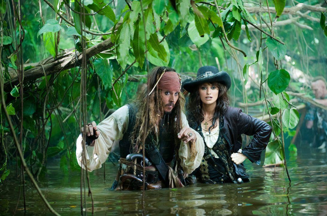 Kaum hat Jack Sparrow (Johnny Depp, l.) seine Jugendliebe Angelica (Penélope Cruz, r.) wiedergetroffen, da schleppt sie ihn auch schon auf die Suche... - Bildquelle: Peter Mountain WALT DISNEY PICTURES/JERRY BRUCKHEIMER FILMS.  All rights reserved