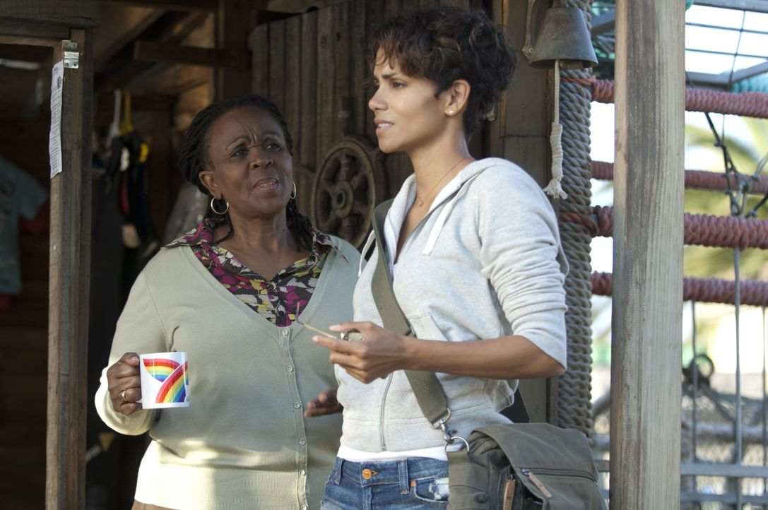 Zukie (Thoko Ntshinga, l.) steht Kate (Halle Berry, r.) zur Seite, doch ihre Ängste muss sie alleine überwinden ... - Bildquelle: Magnet Media Group USA; MMP Dark Tide UK; Film Afrika Worldwide (Pty) Limited South Africa
