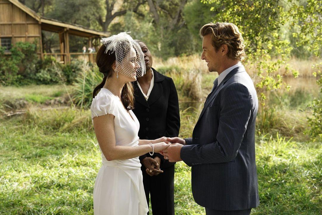 Geben sich das Ja-Wort: Lisbon (Robin Tunney, l.) und Jane (Simon Baker, r.) ... - Bildquelle: Warner Bros. Television
