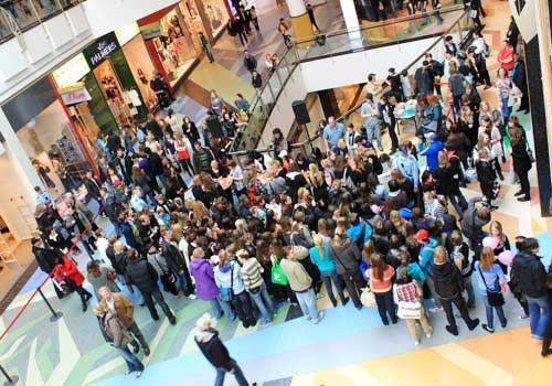 ... viele Fans nehmen die Wartezeit für persönliche Autogramme auf sich. - Bildquelle: Danilo Brandt - Sat1