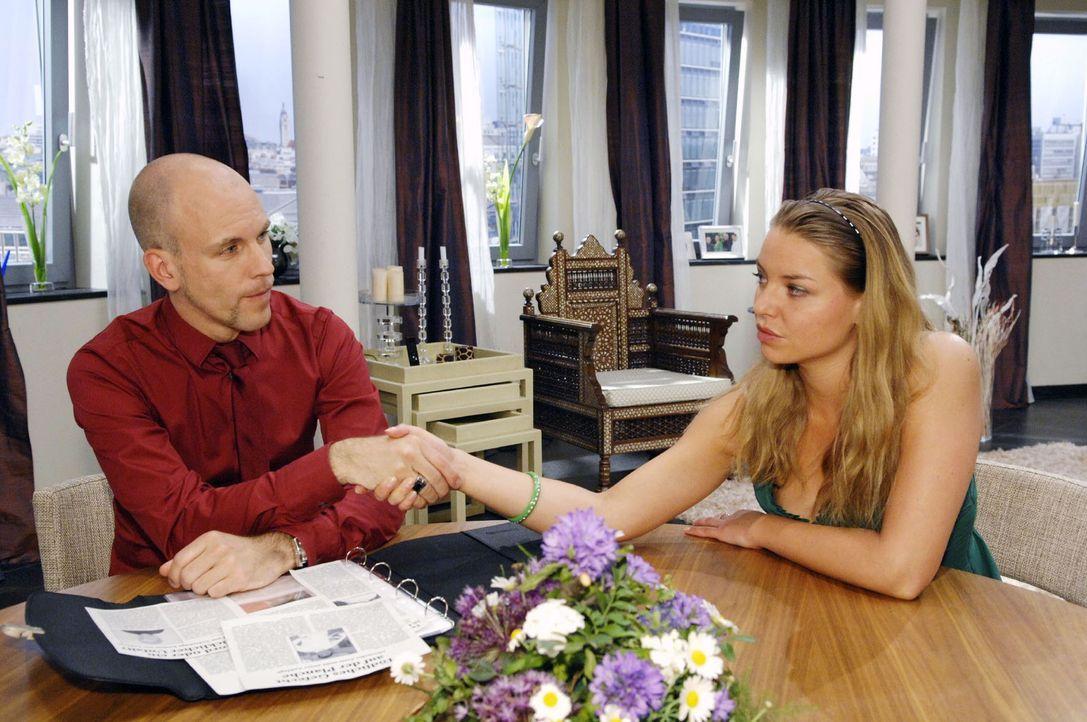 Katja (Karolina Lodyga, r.) bietet Gerrit (Lars Löllmann, l.) an, mit ihm gemeinsam gegen Alexander vorzugehen ... - Bildquelle: Sat.1