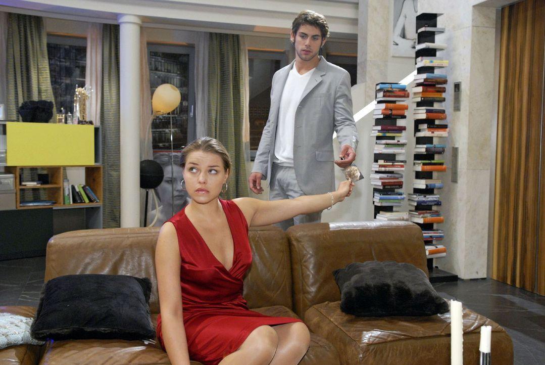 Katja (Karolina Lodyga, l.) präsentiert Jonas (Roy Peter Link, r.) ein gefälschtes Ultraschallbild. - Bildquelle: Sat.1