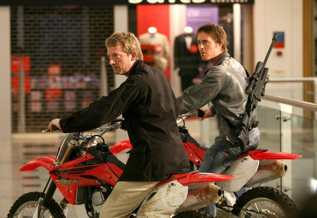 Gehen auf Monsterjagd im Einkaufszentrum: Cutter (Douglas Henshall, l.) und Stephen (James Murray, r.) ... - Bildquelle: ITV Plc