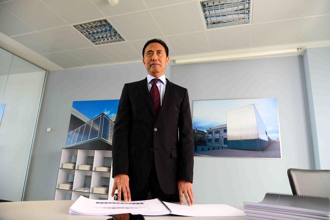 """Macht seinem Ruf als """"Scharfer Hund"""" schnell alle Ehre: der neue Finanzchef Wang Hua (Fang Yu) ... - Bildquelle: Christiane Pausch SAT.1"""