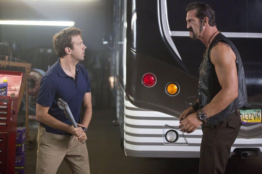 Hat David (Jason Sudeikis, l.) auch nur den Hauch einer Chance gegen den riesigen, brutalen Gangster One-Eye (Matthew Willig, r.)? - Bildquelle: 2013 Warner Brothers.  All rights reserved.