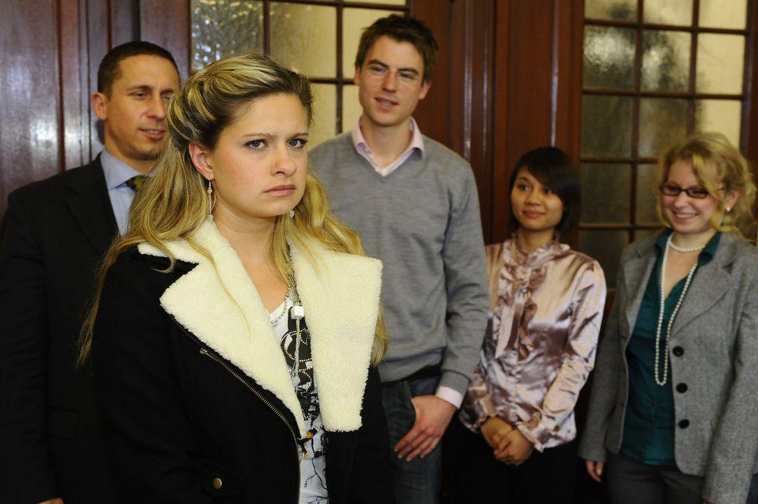 Macht sich zu ihrem Entsetzen vor versammelter Klasse lächerlich: Mia (Josephine Schmidt, 2.v.l.) ... - Bildquelle: SAT.1