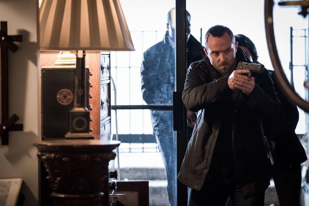Weller (Sullivan Stapleton) und sein Team befürchten das Schlimmste, als sie in einem Antiquitätenladen Pattersons Mantel finden. Doch in den Räumli... - Bildquelle: Warner Brothers