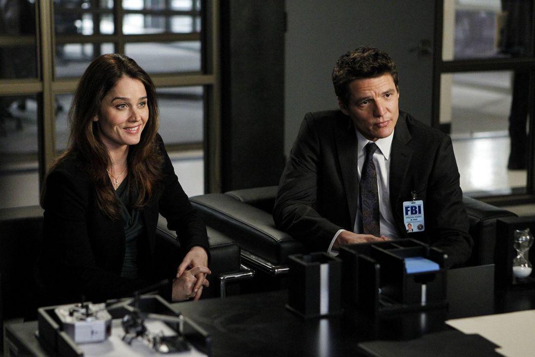 Als Lisbon (Robin Tunney, l.) erfährt, dass man ihr in Washington ein grandioses Jobangebot macht, wird ihre Entscheidung, Pike (Pedro Pascal, r.) d... - Bildquelle: Warner Bros. Television