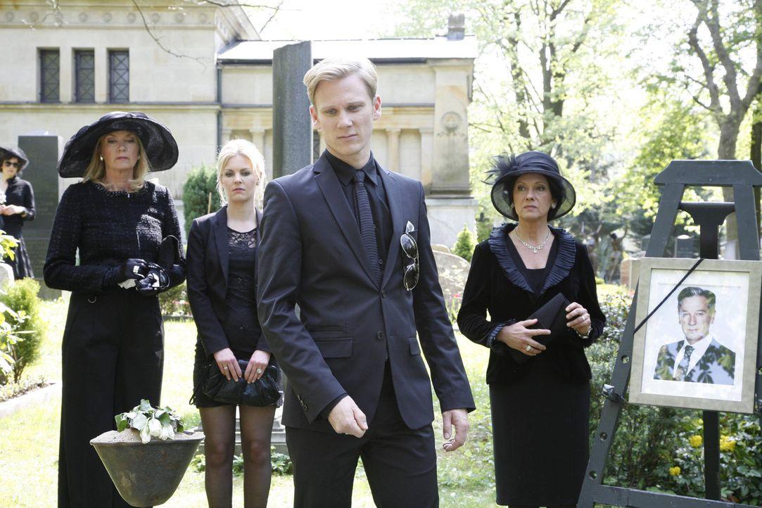 Julius Aden wird zu Grabe getragen: Alexandra (Yvonne Schönherr, 2.v.l.), Philip (Philipp Romann, 2.v.r.), Elisabeth (Birte Berg, l.) und Ingrid (O... - Bildquelle: SAT.1