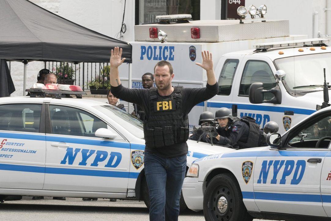 Als eine Serie von Sprengstoffanschlägen New York erschüttert und die Bombenleger Geiseln nehmen, wird Weller (Sullivan Stapleton, M.) als Unterhänd... - Bildquelle: Warner Brothers