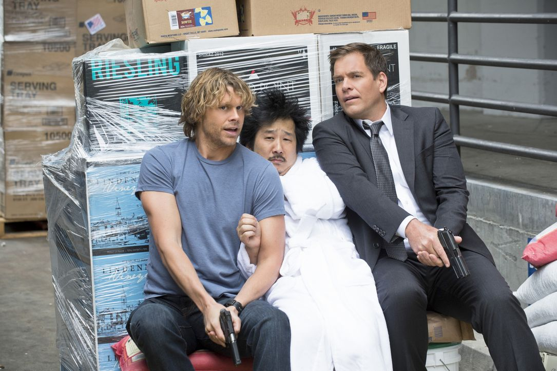 Haben es geschafft und Rio (Bobby Lee, M.) wieder gefasst: Deeks (Eric Christian Olsen, l.) und DiNozzo (Michael Weatherly, r.) ... - Bildquelle: Neil Jacobs 2015 CBS Broadcasting, Inc. All Rights Reserved.