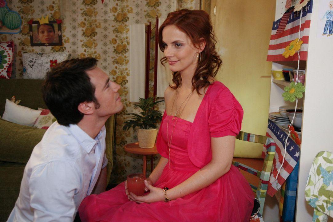 Mark (Arne Stephan, l.) hat Manu (Marie Zielcke, r.) vollkommen überrumpelt: Statt in Las Vegas nur zu heiraten, will er mit ihr und Daniel dahin a... - Bildquelle: SAT.1