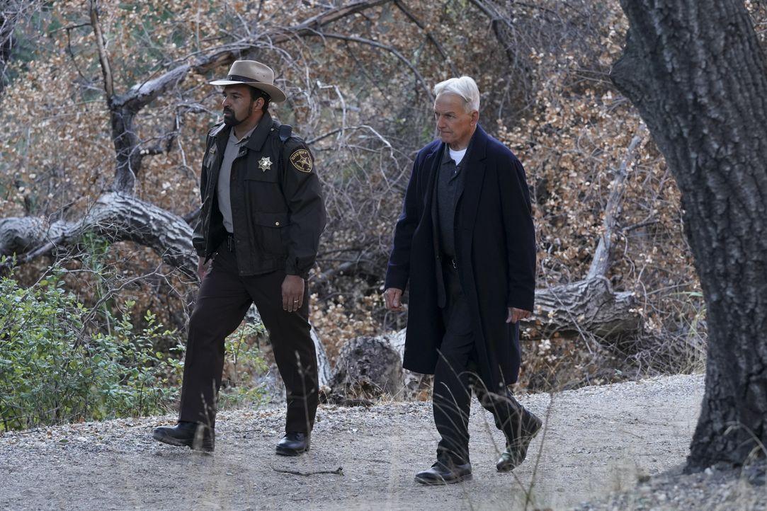Sheriff Marcus Mayes (Charles Carpenter, l.); Leroy Jethro Gibbs (Mark Harmon, r.) - Bildquelle: Michael Yarish 2019 CBS Broadcasting, Inc. All Rights Reserved. / Michael Yarish