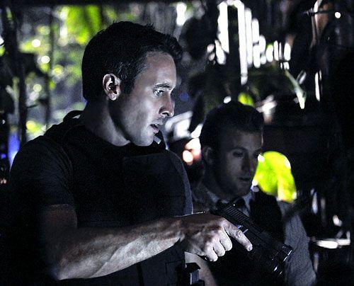 Auf der Spur eines Serienkillers: Steve (Alex O'Loughlin, l.) und Danny (Scott Caan) - Bildquelle: TM CBS Studios Inc