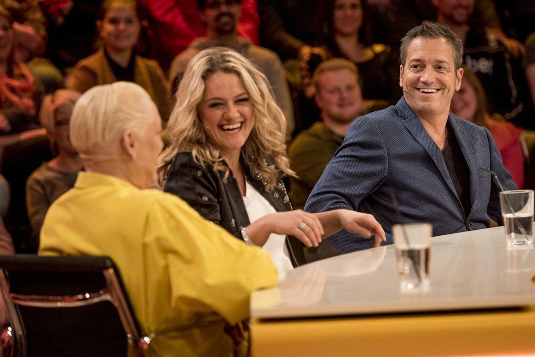Da bleiben die Lacher nicht aus: Hella von Sinnen (l.), Lisa Feller (M.) und Dieter Nuhr (r.) rätseln zusammen an den kuriosen Fragen des Publikums. - Bildquelle: Martin Rottenkolber SAT.1