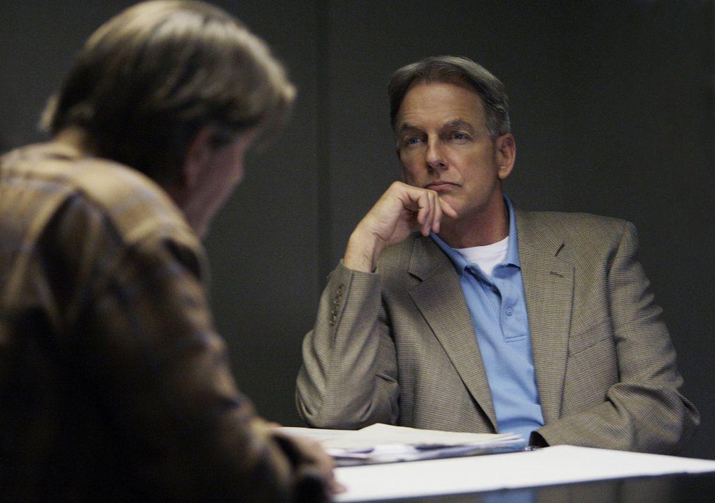 Ein neuer Mordfall beschäftigt Gibbs (Mark Harmon, r.) und sein Team. Hat Ned Quinn (Peter Coyote, l.) wirklich etwas mit dem Mord an dem älteren... - Bildquelle: CBS Television