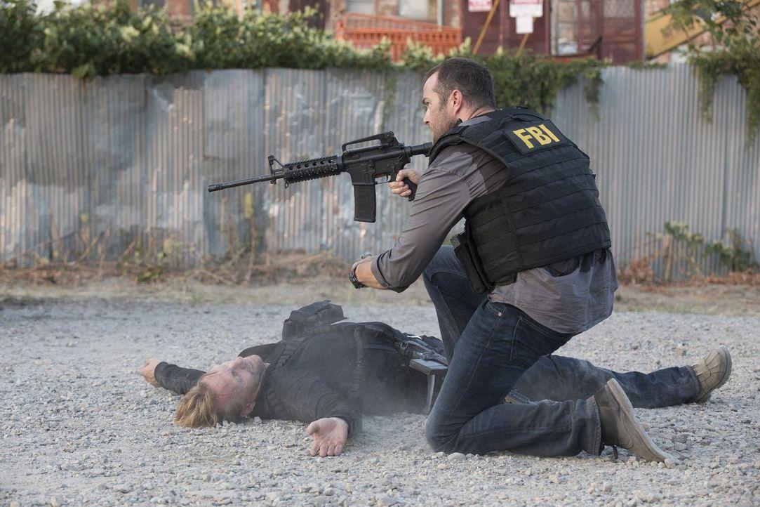 Während Agent Weller (Sullivan Stapleton, r.) gnadenlose Gangster ausschaltet, wird ihm bewusst, dass Jane und ihre Tattoos der Schlüssel zur Lösung... - Bildquelle: Warner Brothers