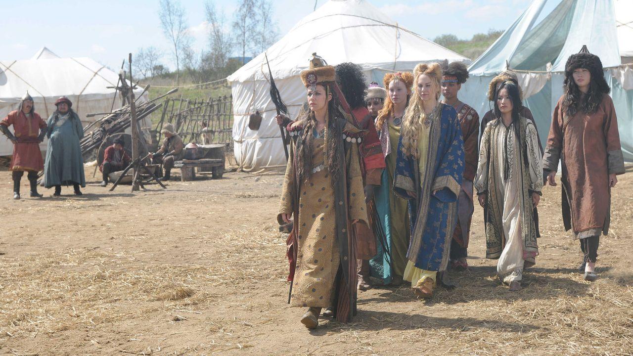 """Für die Tatarenfrauen ist schon bald klar: Marie (Alexandra Neldel, l.) die lang ersehnte """"Adlersfrau"""", die einen schlimmen Krieg verhindern kann ... - Bildquelle: Jiri Hanzl SAT.1"""