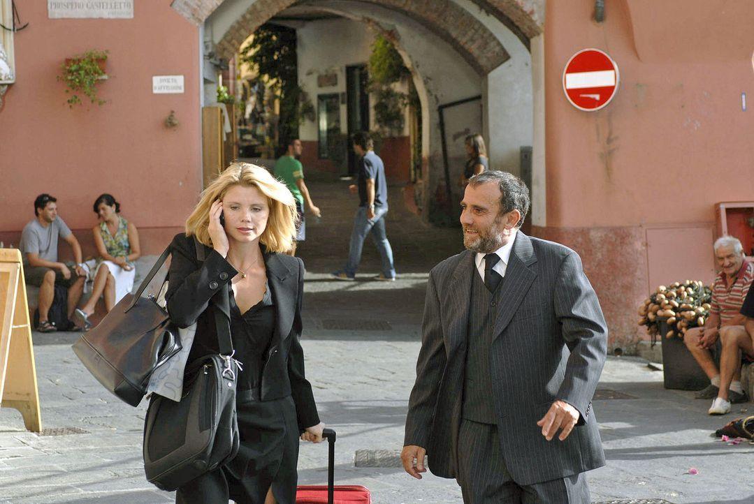 In Italien angekommen, lässt sich die geschäftige Lissy (Annette Frier, l.) von Pirelli (Albert Kitzl, r.) zur Gelateria führen. - Bildquelle: Sat.1