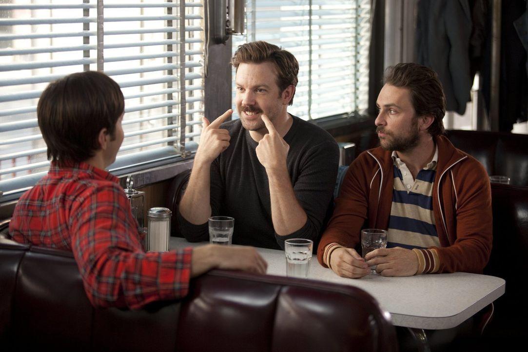 Box (Jason Sudeikis, M.) und Dan (Charlie Day, r.) sind alles andere als begeistert, als ihnen ihr Kumpel Garrett (Justin Long, l.) eröffnet, dass e... - Bildquelle: 2010 Warner Bros.
