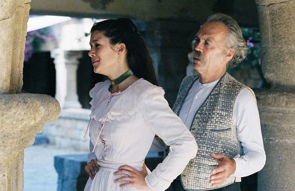 Sophia (Mélanie Doutey, l.) versucht sich dem Willen ihres Vaters (Peter Gavajda, r.) zu widersetzen und weigert sich, Schliemann zu heiraten. Tief... - Bildquelle: Stephan Rabold Sat.1