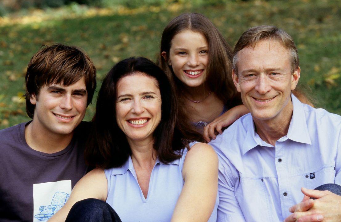 Eine glückliche Familie: Minen-Direktorin Pat Bogen (Mimi Rogers, 2.v.l.), Steiger Chief Bogen (Ted Shackelford, r.) und der junge Kumpel Rabbit (B... - Bildquelle: Regent Entertainment