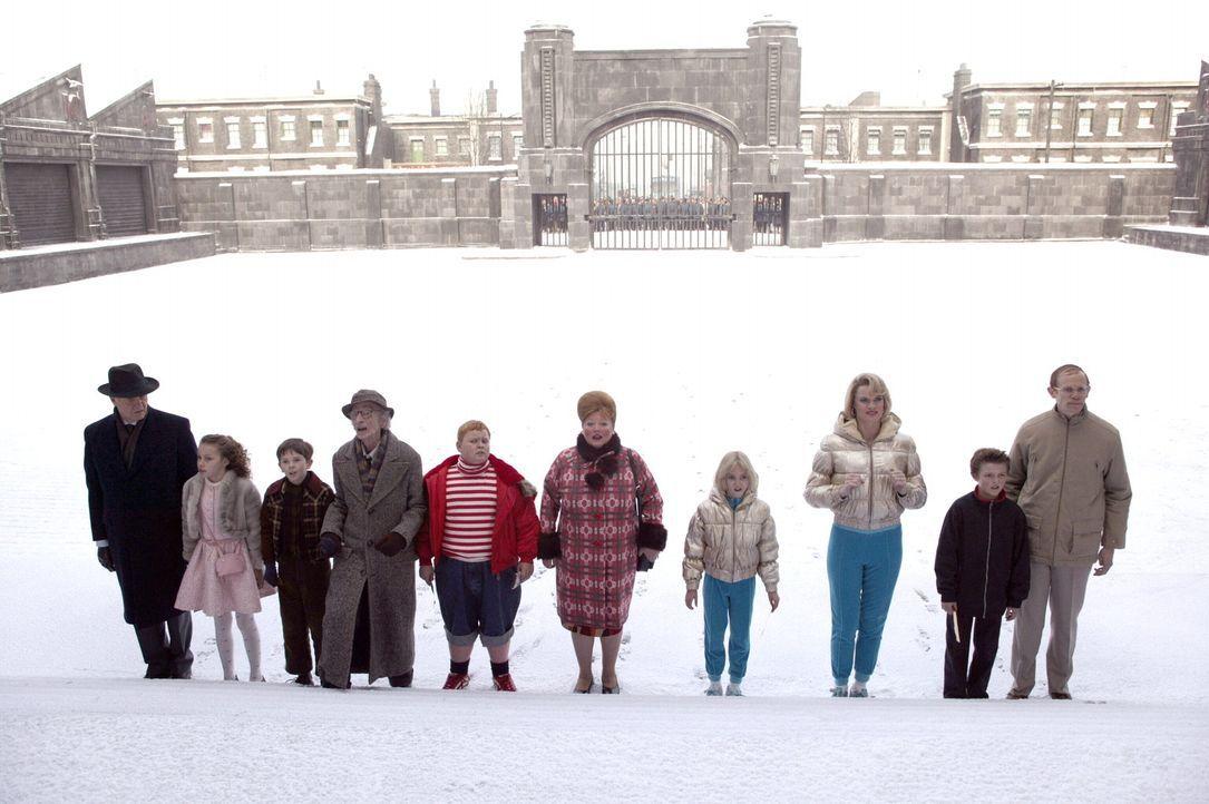 Nachdem Willy Wonka fünf Tickets für eine Firmenführung in Schokoladentafeln versteckt hat, warten die Gewinner mit ihrer Begleitperson (v.l.n.r.: J... - Bildquelle: Warner Bros. Pictures