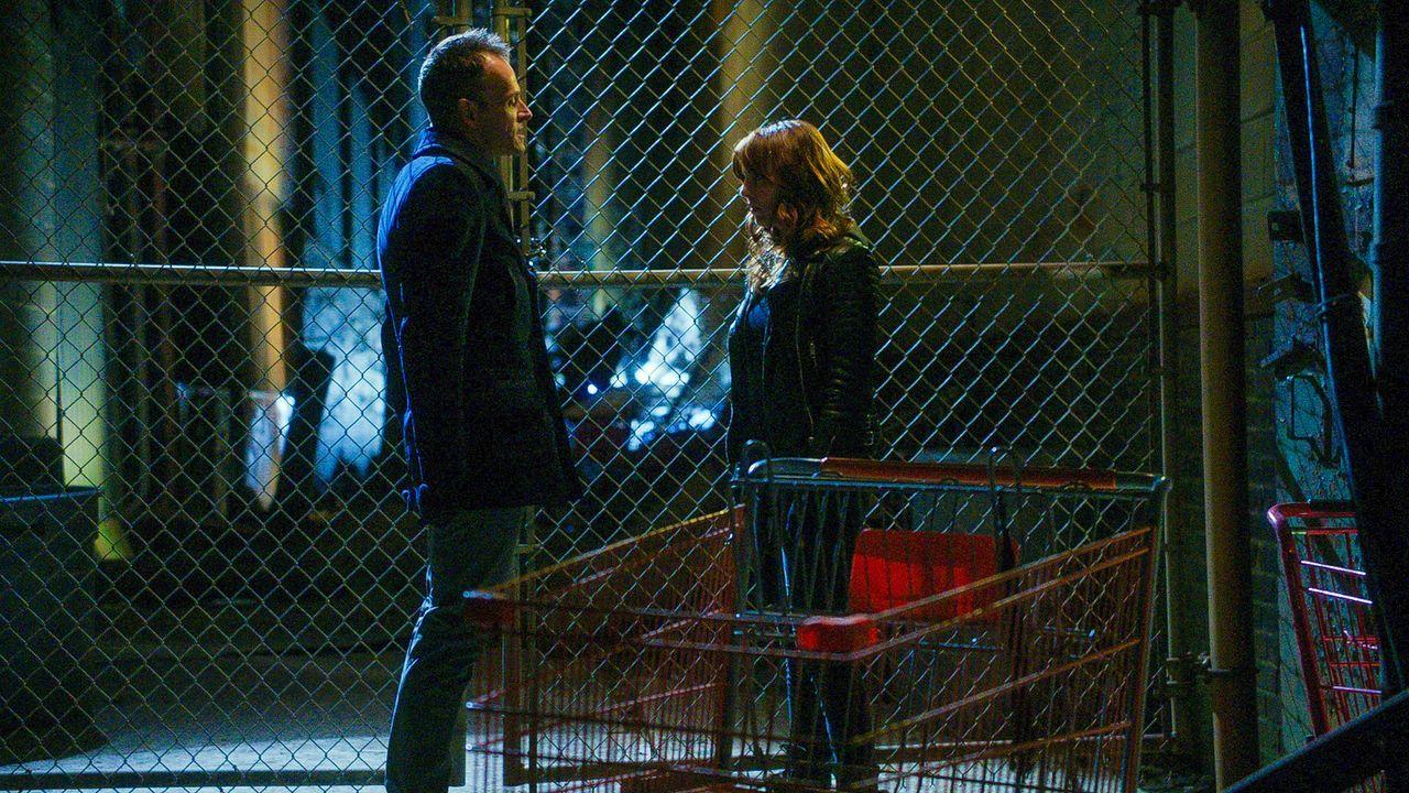 Es kommt Licht in die gemeinsame Vergangenheit von Sherlock (Jonny Lee Miller, l.) und Kitty (Ophelia Lovibond, r.) ... - Bildquelle: CBS Television