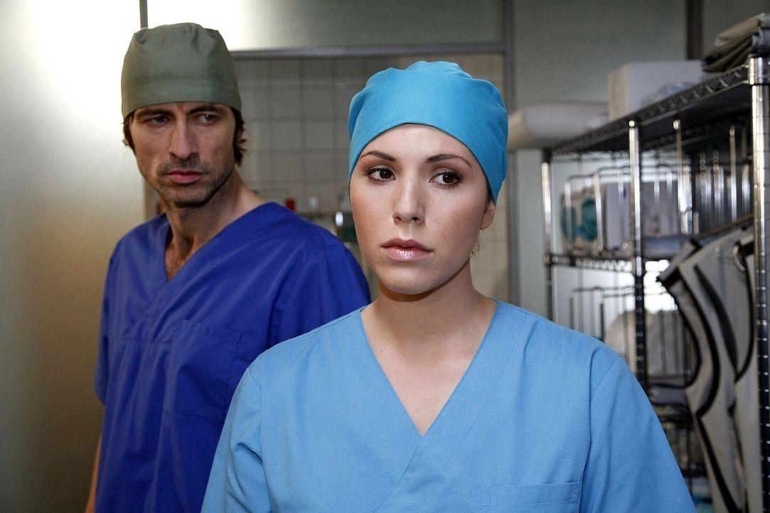 Dr. Boscharski (Guido Broscheit, l.) tobt, als Hülya (Eva-Maria Reichert, r.) eingestehen muss, dass der Finger, der dem Patienten wieder angenäht... - Bildquelle: Mosch Sat.1