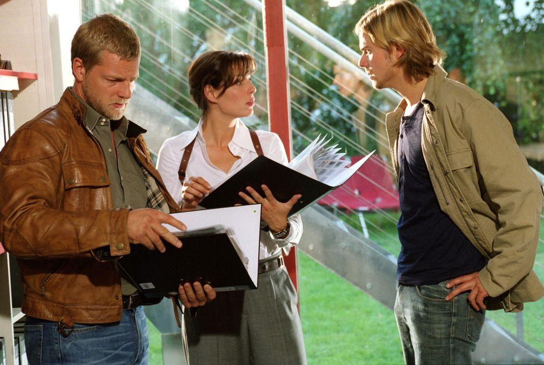 Leo (Henning Baum, l.) und Nina (Elena Uhlig, M.)  untersuchen das Fotoarchiv des toten Schumann und stellen mit Hilfe von Schumanns Sohn (Rhon Diel... - Bildquelle: Sat.1