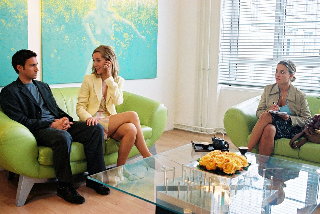 Hannes (Benjamin Sadler, l.) und Karen (Silvina Buchbauer, M.) wollen heiraten. Nina (Muriel Baumeister, r.) soll das rauschende Hochzeitsfest ausri... - Bildquelle: Sat.1