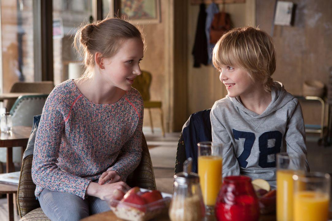 Nach der Trennung ihrer Eltern ziehen Finn (Tobias Geinets, r.) und Nele (Isabelle Ottmann, l.) mit ihrer Mutter in eine Altbauwohnung in Berlin - u... - Bildquelle: Conny Klein SAT.1