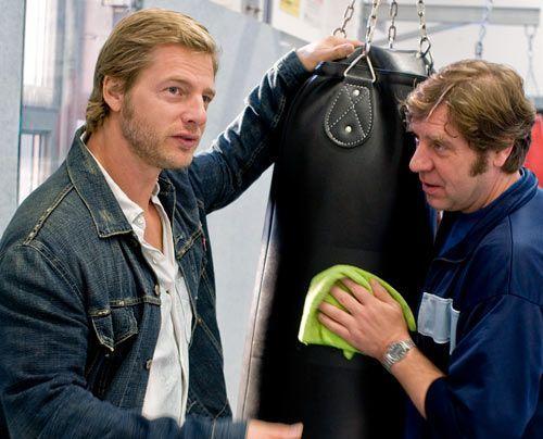 Mick (Henning Baum) lässt nicht locker und erfährt ein paar interessante Details... - Bildquelle: Martin Rottenkolber - Sat1