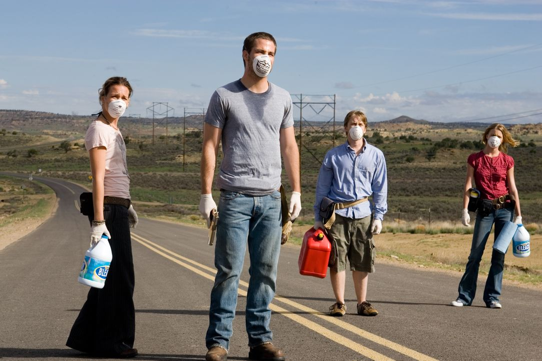 Sie sind auf der Flucht vor einem tödlichen Virus: Danny (Lou Taylor Pucci, 2.v.r.), sein Bruder Brian (Chris Pine, 2.v.l.), dessen Freundin Bobby (... - Bildquelle: 2006 Ivy Boy Productions Inc. - All Rights Reserved