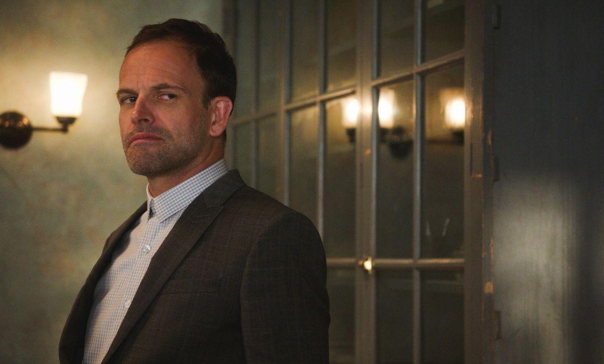 Sherlock Holmes (Jonny Lee Miller) hat wieder mal seine ganz eigene Art und Weise, einen neuen Fall zu lösen ... - Bildquelle: 2017 CBS Broadcasting Inc. All Rights Reserved.