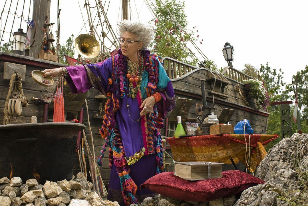 Jetzt wird's der alten Hexe Surulunda (Pilar Bardem) allmählich zu bunt, denn der oberfiese Zauberer Hieronymus, hat sich schon wieder in ihr idyll... - Bildquelle: Marco Nagel Disney