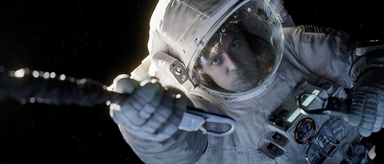 Als ihr Shuttle zerstört wird, versucht der erfahrene Astronaut Matt (George Clooney) alles, um seiner Kollegin, die sich auf ihrer ersten Mission i... - Bildquelle: Warner Brothers