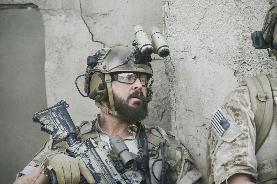 Als das Leben eines Kameraden in Gefahr schwebt, müssen Sonny (A.J. Buckley), Jason und das SEAL Team schnell handeln und sich dabei Befehlen widers... - Bildquelle: Ron Jaffe Ron P. Jaffe/CBS  2017 CBS Broadcasting, Inc. All Rights Reserved