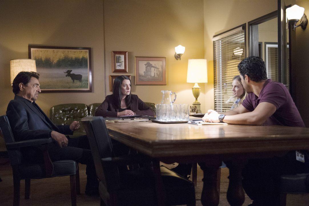 Auf das BAU-Team wartet ein neuer Fall. Rossi (Joe Mantegna, l.), Prentiss (Paget Brewster, 2.v.l.), JJ (AJ Cook, 2.v.r.) und Luke (Adam Rodriguez,... - Bildquelle: Neil Jacobs ABC Studios