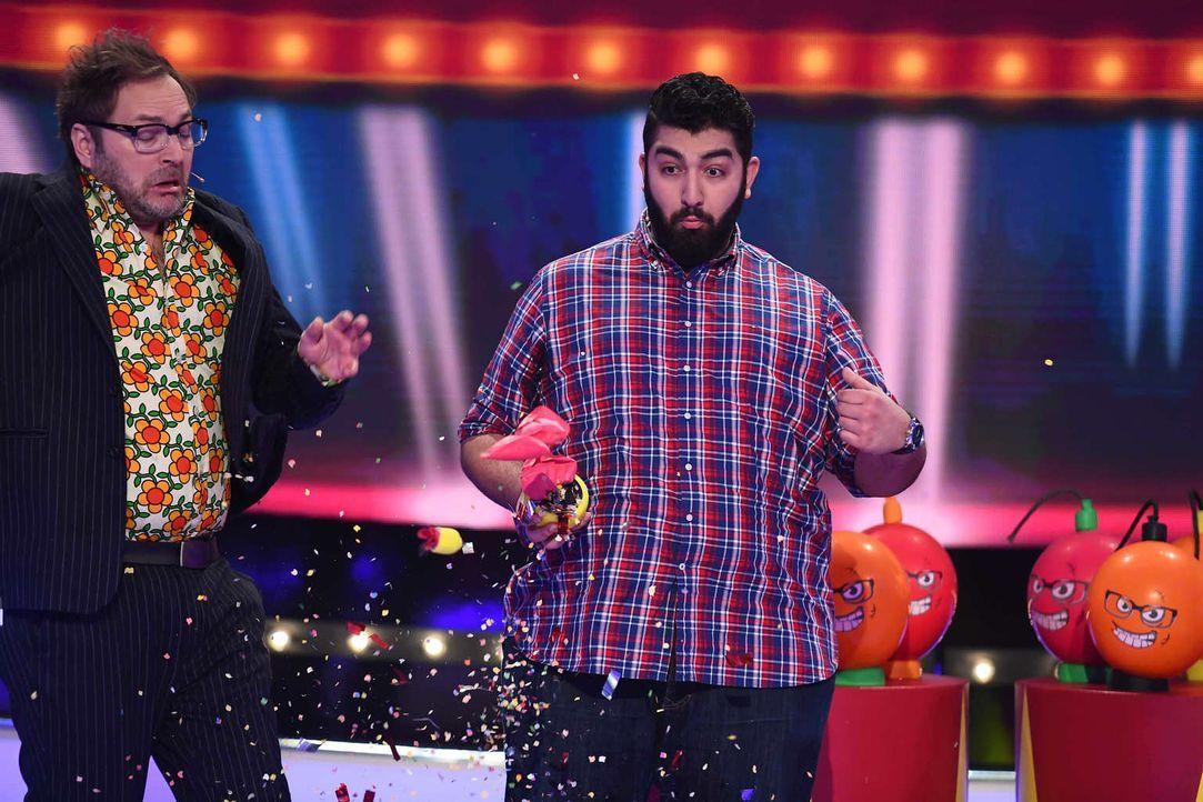 Paul Panzer (l.) lädt Faisal Kawusi (r.) und andere Comedians zu einem Spieleabend. Doch schon bald müssen sie erkennen, dass es nicht so gemütlich... - Bildquelle: Willi Weber SAT.1
